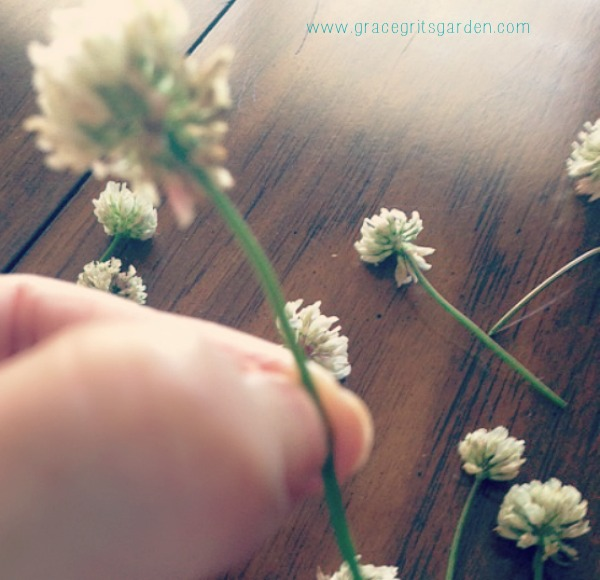 How to make a clover necklace