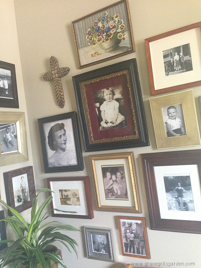 how to arrange a photo display